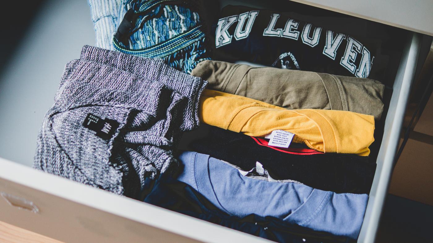 Cómo doblar las camisetas para guardarlas en el armario